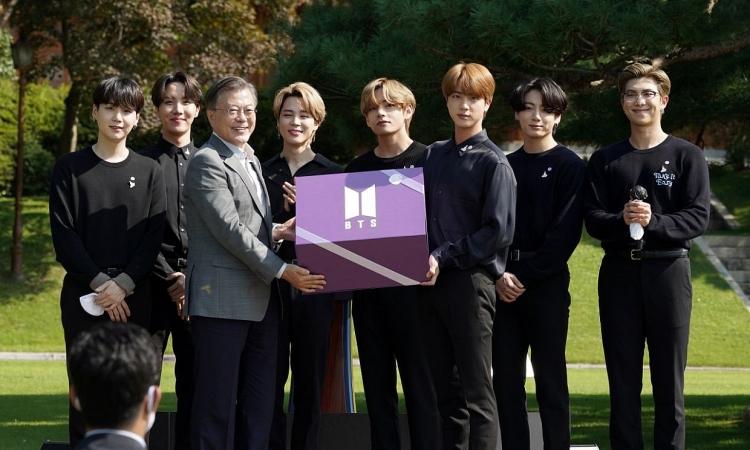 Các thành viên BTS diện kiến Tổng thống Hàn Quốc Moon Jae In tại sự kiện Ngày thanh niên diễn ra hồi tháng 9 năm ngoái