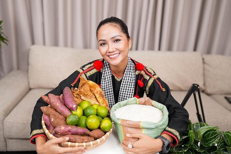 H'Hen Niê hào hứng với việc bán hàng online nhằm giúp đỡ bà con nông dân miền Tây ẢNH: NVCC