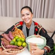 Hoa hậu H'Hen Niê livestream bán nông sản giúp bà con mùa dịch
