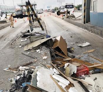 Tiền Giang: Xe container đâm sập cabin trạm thu phí