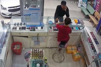 Tiền Giang: Vờ hỏi mua điện thoại rồi cướp