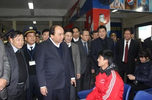 Phó Thủ tướng Nguyễn Xuân Phúc đi kiểm tra bến xe ở Hà Nội