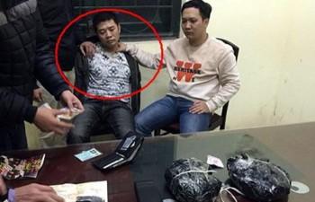 Bị chặn xe, DJ tự giác mang 2 kg ma túy ra nộp