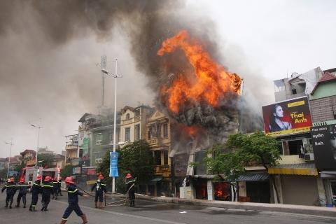 Video cận cảnh vụ hỏa hoạn thiêu rụi cửa hàng chăn ga, gối đệm