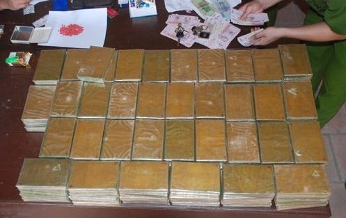 phat hien 140 banh heroin trong xe toyota altis