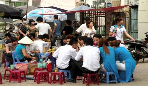 Kiến nghị cấm công chức Hà Nội la cà hàng quán