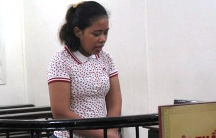 'Cô giáo mang 6 quyển truyện tranh nặng bất thường' lĩnh án