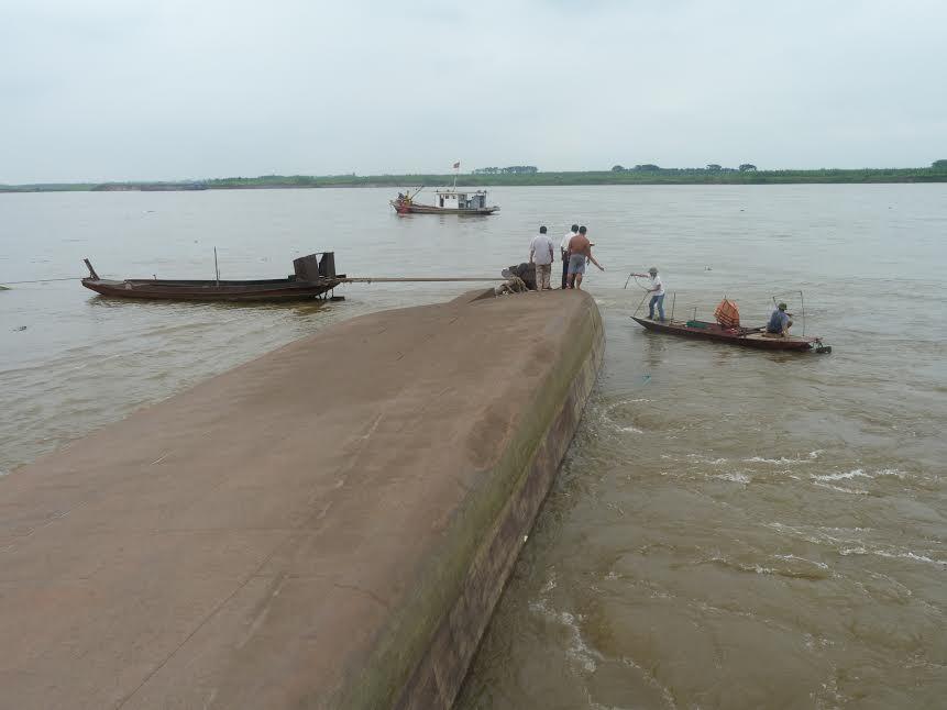 Hai tàu chở cát va chạm, một người mất tích trên sông Hồng - ảnh 1