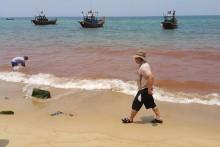 Xuất hiện vệt nước màu đỏ ở biển Quảng Bình