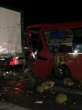 xe khach tong vao duoi container 12 nguoi bi thuong