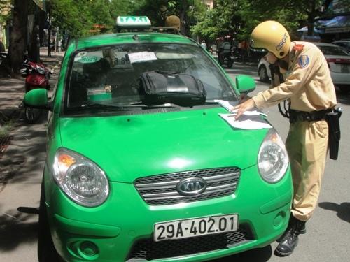 theo chan csgt ha noi di dep loan xe khach taxi
