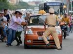 Taxi chèn qua người trung úy công an