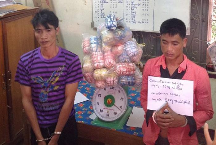hai doi tuong nguoi lao van chuyen 35 kg thuoc phien