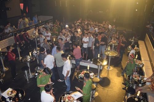 50 nguoi dung ma tuy trong quan bar co vu nu mua cot