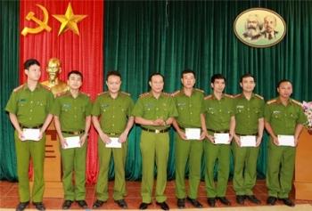 doi tuong hiv tan cong lam 8 can bo chien si cong an bi phoi nhiem