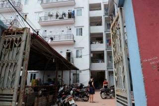 Giải cứu một phụ nữ mắc kẹt giữa khe tường chung cư
