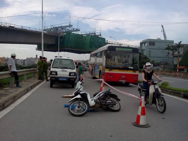 Một thanh niên gặp tai nạn ở công trường xây dựng cầu Nhật Tân