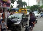 Xế hộp gây tai nạn liên hoàn trên phố
