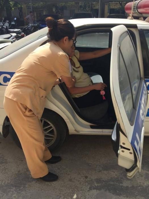Cảnh sát giao thông dùng ô tô đưa bà bầu... đi đẻ