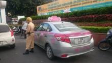 Tài xế taxi giật đứt cúc áo cảnh sát