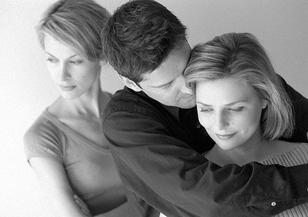 """Chồng """"mẫu mực"""" nuôi bồ nhí sau lưng vợ 10 năm"""