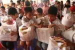 Hoa hậu Ngọc Hân tặng quà 1-6 cho trẻ mồ côi