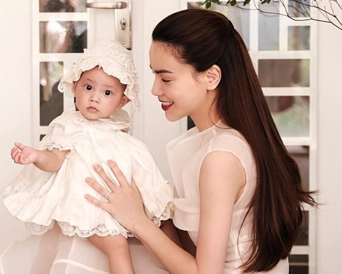 Hà Hồ cùng bé Lisa diện váy trắng tinh khôi nhẹ nhàng hóa nàng thơ