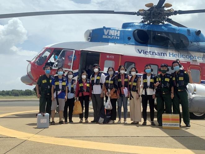 Tin tức Covid-19 ngày 11/8: Trực thăng đưa 12 y bác sĩ và hơn 5.000 liều vắc xin ra Côn Đảo
