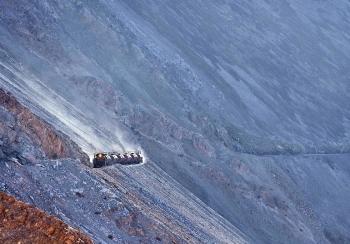 """Con tàu """"dũng cảm"""", đẹp nhất Nam Mỹ di chuyển bên vách đá hiểm trở và xuyên qua núi"""