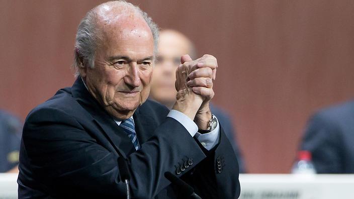 """Vì sao bão khủng hoảng không """"quật đổ"""" được Sepp Blatter?"""