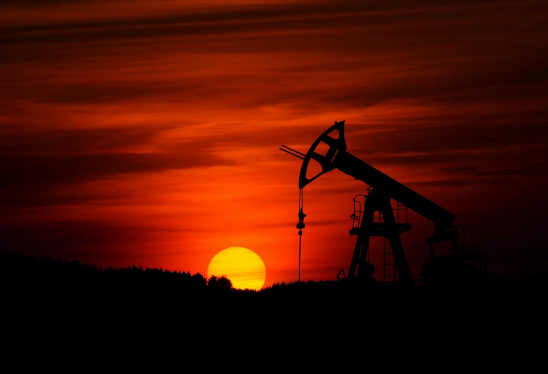 Giá dầu cao ổn định cả tuần sau khi hạ nhiệt lo ngại dòng dầu ồ ạt từ Iran