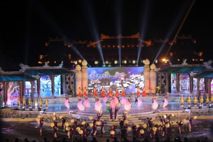 hang ngan nguoi doi mua xem khai mac festival hue 2016