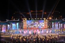 Hàng ngàn người đội mưa xem khai mạc Festival Huế 2016