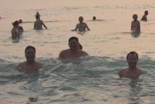 Bí thư, Chủ tịch Đà Nẵng tắm biển cùng người dân