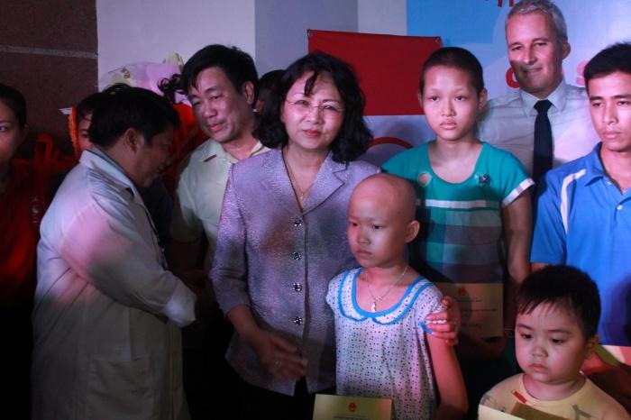 Phó Chủ tịch nước tặng quà cho bệnh nhi ung thư