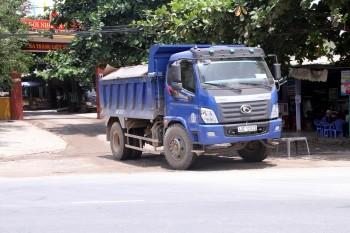 Chặn đoàn xe tải gây bụi, người dân bị dọa đánh