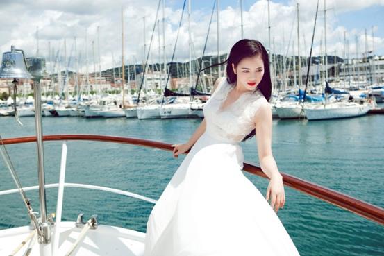 Lý Nhã Kỳ khoe dáng yêu kiều bên bờ biển nước Pháp