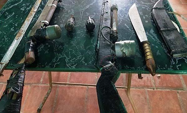 Bao tải chứa lựu đạn và súng vứt bên vệ đường