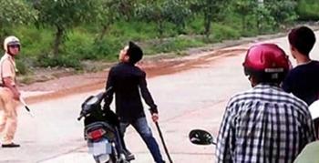 Tấn công cảnh sát khi bị kiểm tra nồng độ cồn