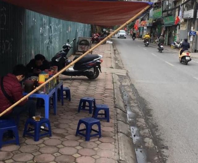 Hà Nội: Mở bán trà đá chui, hét  giá 30.000 đồng 1 cốc - 1