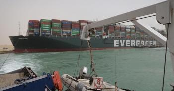 """Kênh đào Suez tạm đóng do siêu tàu hàng """"bít"""" đường"""