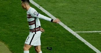 C.Ronaldo nói gì sau hành động nổi điên, ném băng đội trưởng?