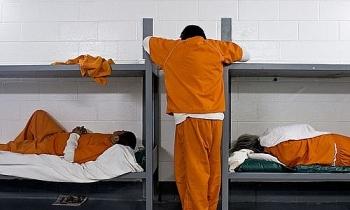 Nghi phạm Mỹ khởi kiện đòi quyền ngủ yên 5 tiếng trong trại giam