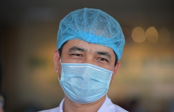 Bác sĩ bệnh viện Bệnh Nhiệt đới mặc tã giấy làm việc
