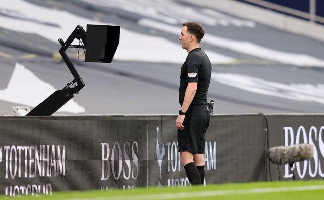 Trọng tài lạm dụng VAR, tước oan bàn thắng của Man Utd? - 2