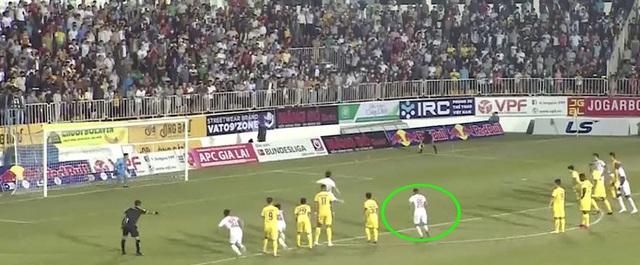 Công Phượng ghi bàn thắng sai luật ở phút 95 vào lưới Nam Định - 1
