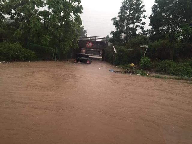 Đại lộ Thăng Long ngập như sông, ô tô xe máy bì bõm lội - 3