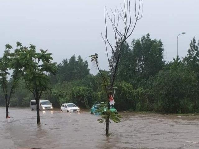 Đại lộ Thăng Long ngập như sông, ô tô xe máy bì bõm lội - 1