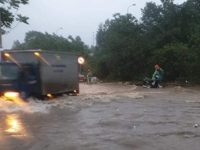 Đại lộ Thăng Long ngập như sông, ô tô xe máy bì bõm lội - 4