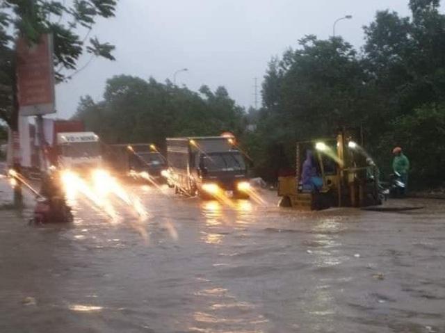 Đại lộ Thăng Long ngập như sông, ô tô xe máy bì bõm lội - 2